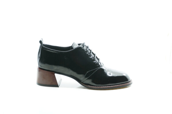 Елегантни черни дамски обувки от естествен лак на висок ток 29.14901