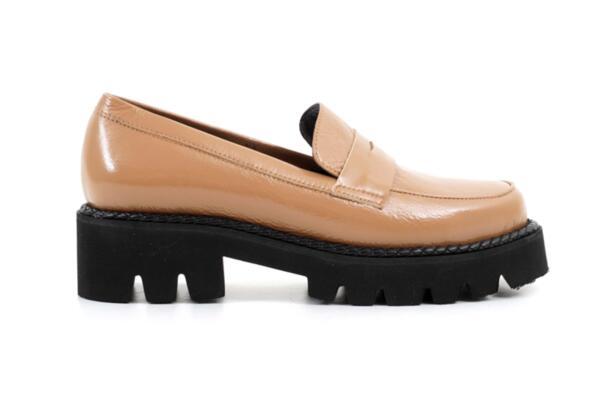 Ежедневни бежови дамски обувки от естествен лак на висок ток 04.1290