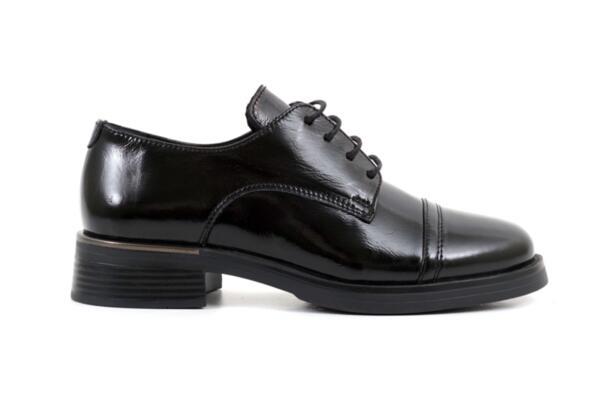 Ежедневни черни дамски обувки от естествен лак 10.32177