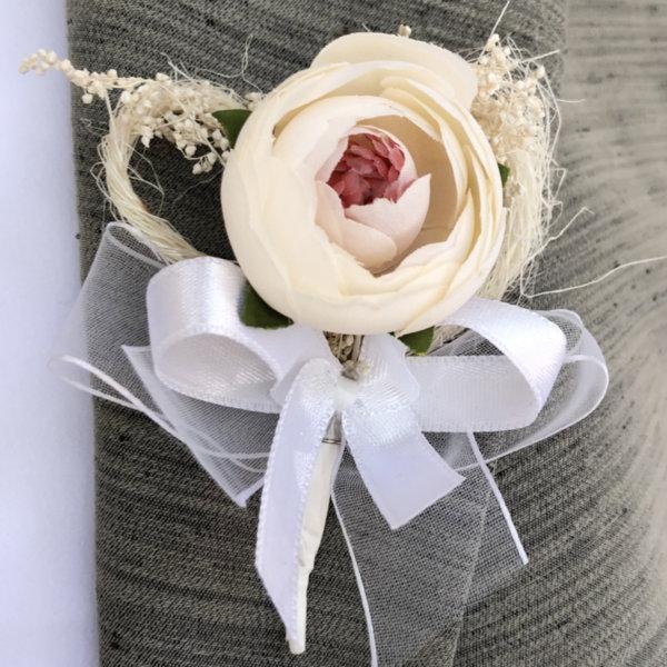 Сватбени бутониери от божур в цвят екрю B56