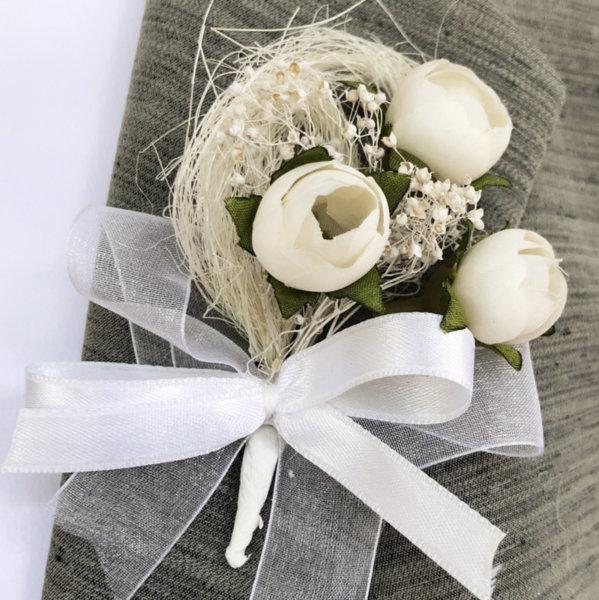 Бутониери за сватба от божури в екрю B57