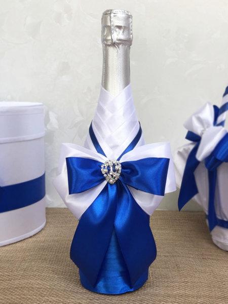 Сватбено шампанско с тъмно сини панделки
