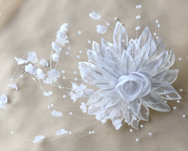 Сватбено цвете за прическата на булката