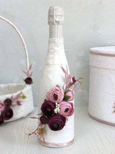 Украсено шампанско с божури в тъмно лилаво и пепелно розово