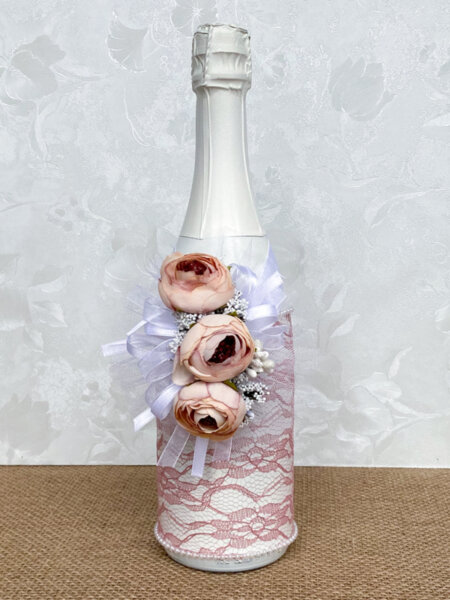 Красиво сватбено шампанско с дантела и божури в цвят пепел от рози
