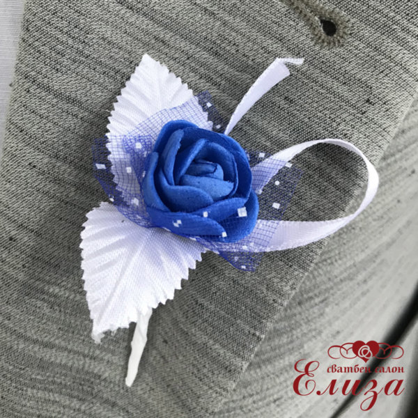 Сватбена бутониера с роза в тъмно синьо