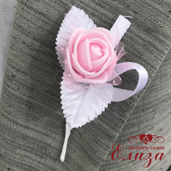 Бутониери за закичване със светло розова роза R8