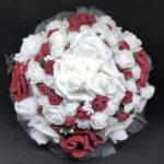 Сватбен букет за булка от нежни рози в бордо и бяло
