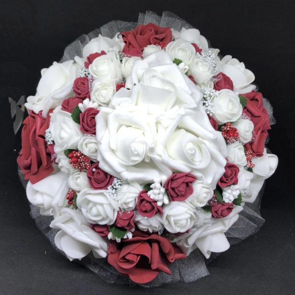 Сватбен букет за булка от нежни рози в бордо и бяло N5
