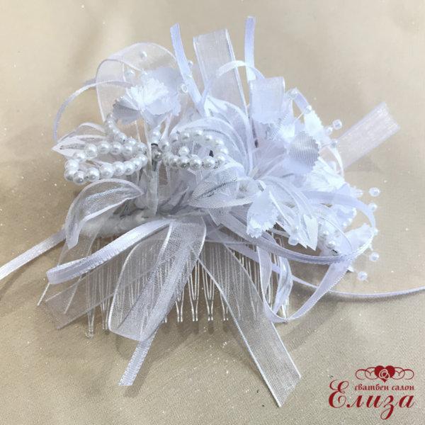 Сватбена диадема с гребен за коса в бяло с цветчета и перлички