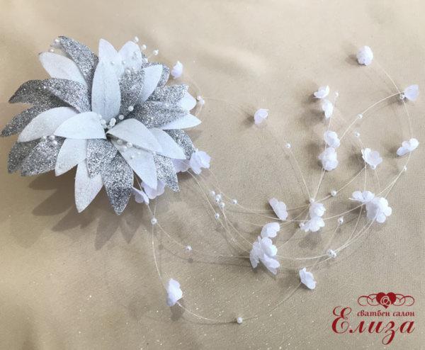 Сватбено цвете за косата на булката в бяло със сребрист брокат