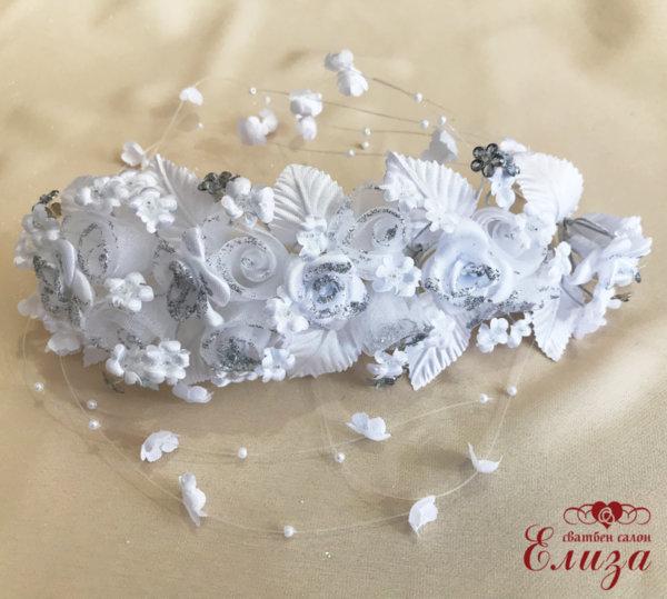 Сватбена диадема за коса в бяло поръсена със сребърен брокат