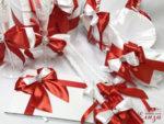 Стилен сватбен комплект аксесоари в бяло и червено за сватба. Комплектът е ръчно избаротен от сатенени панделки и ленти и е декориран с детайли от камъни.
