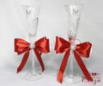 Украса за сватбени чаши за сватба в червено и бяло