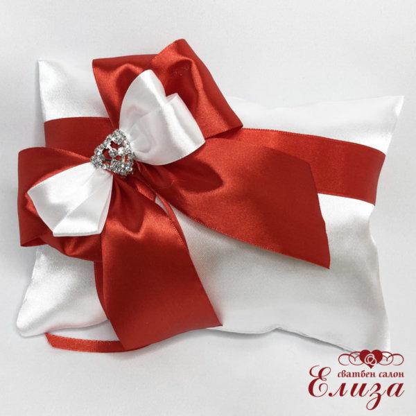 Възглавничка за венчални халки с червена панделка