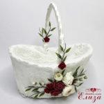Кошничка с късмети за сватба с божури и бордо рози