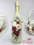 Украсено сватбено шампанско с божури и бордо рози