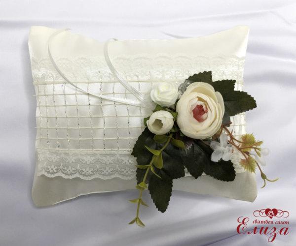 Възглавничка за брачки халки с божури в екрю