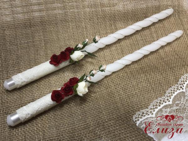 Украсени сватбени свещи с божури и рози