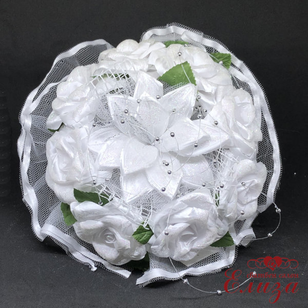 Бял сватбен букет от лилиум, сатенени рози и перли A6