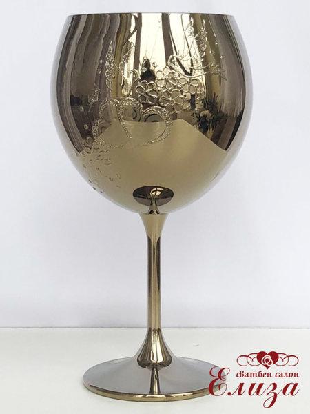 Сватбен бокал за вино в златно и декорация от гълъби и сърца B14