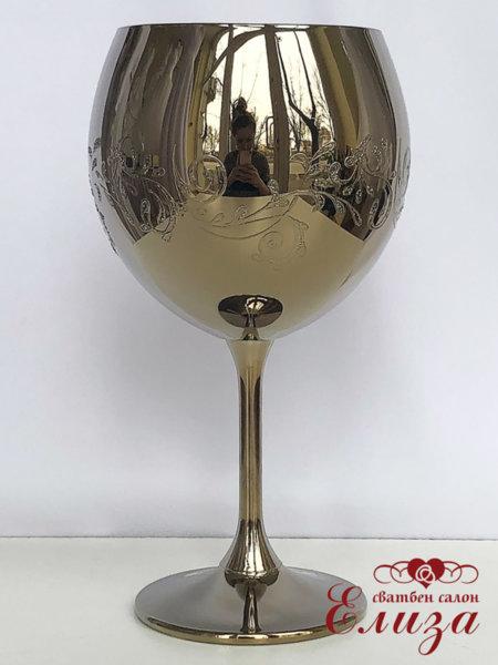 Сватбен бокал в златно и нежна декорация B15
