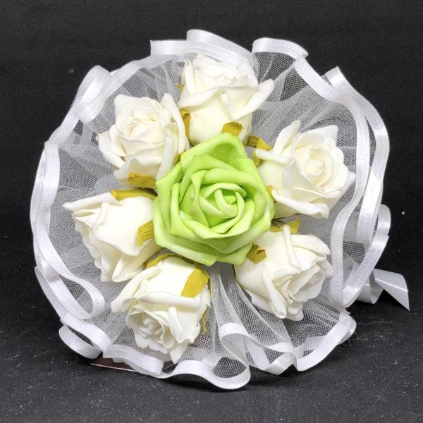 Булчински букет от рози в екрю и зелено Q2