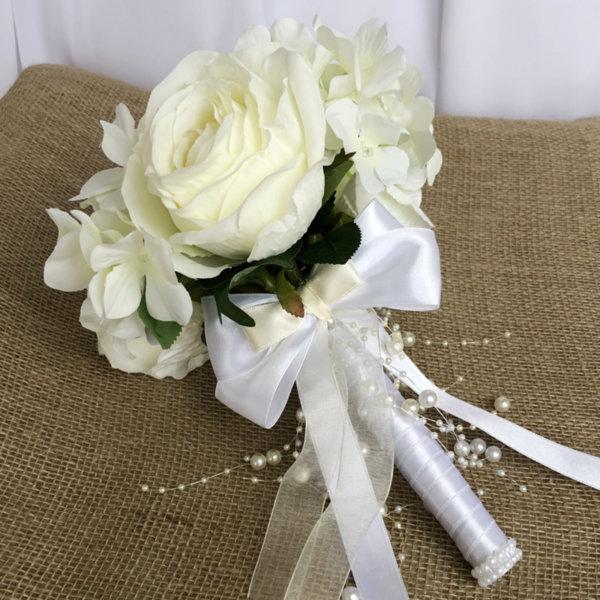 Булчински букет с цветя в екрю и сатенена панделка Q4