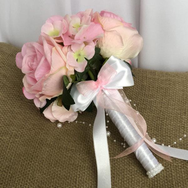 Булчински букет с цветя в нежно розово и панделка Q5