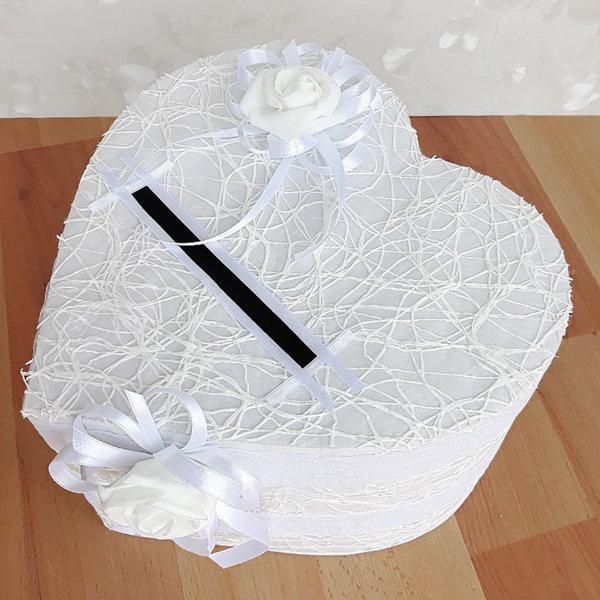 Сватбена кутия в бяло с ефектна мрежа и във формата на сърце H35