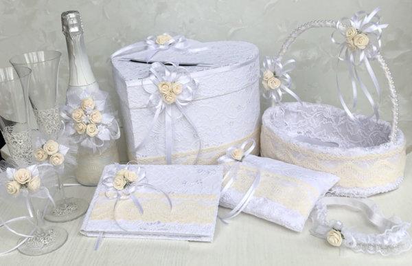 Сватбени аксесоари в бяло и цвят пудра с дантела K26