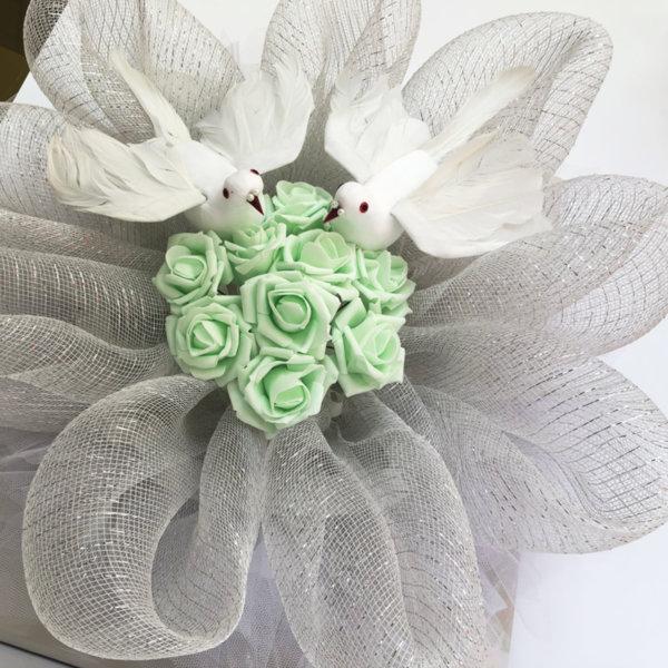 Украса за сватбена кола с рози с мента и бели гълъби G11
