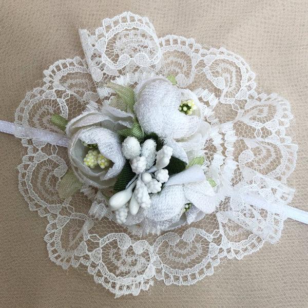 Бутониери за ръка с бели цветя и дантела (в цвят по избор) B6