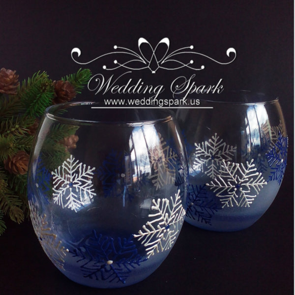 White snowflakes whiskey glasses in white and blue