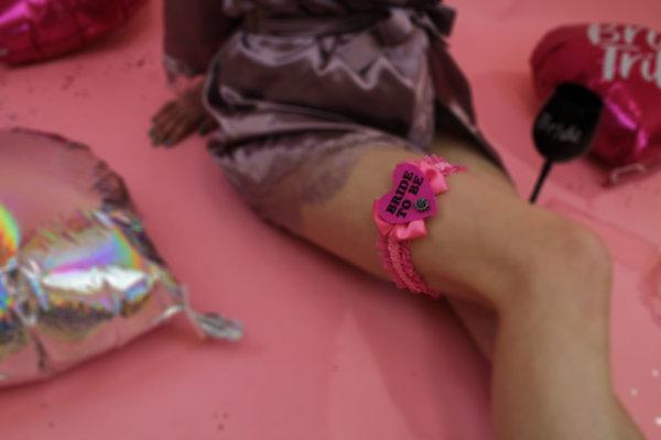 Жартиер за Булката за моминско парти с цикламено сърце