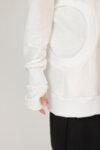 Ασύμμετρο κρεμ φούτερ με στρογγυλές λεπτομέρειες και cut-out λεπτομέρεια στο μανίκι