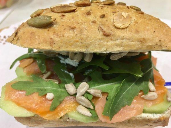 Пълнозърнест сандвич с пушена сьомга