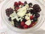 Чия пудинг с бадемово мляко и горски плодове