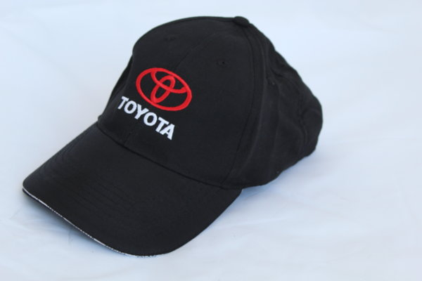 Шапка с козирка с бродирано лого Toyota