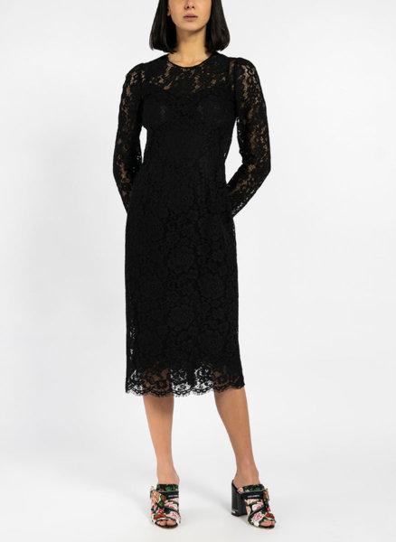 Дантелена вталена рокля
