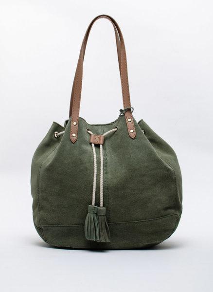 Велурена чанта с пискюли