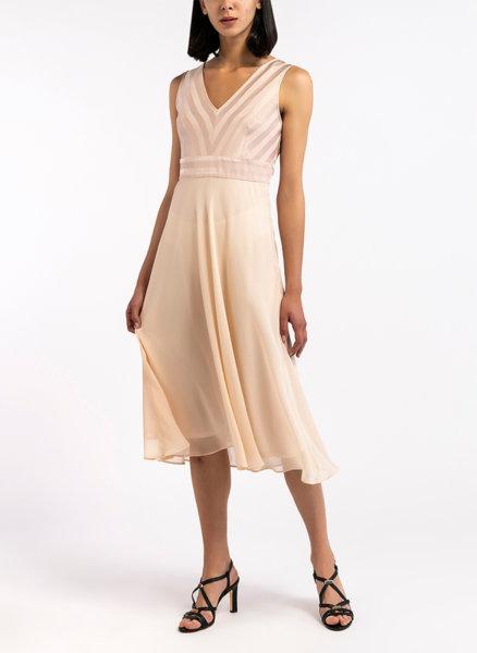 Разкроена рокля без ръкави