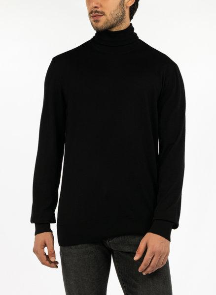 Вълнен пуловер