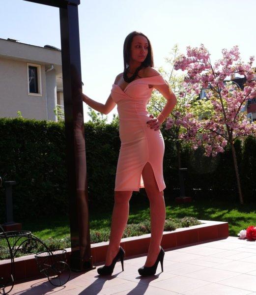 Кокетна дамска рокля с голи рамена