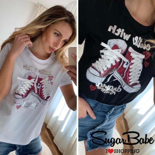 Модерна тениска с декоративни връзки и щампа
