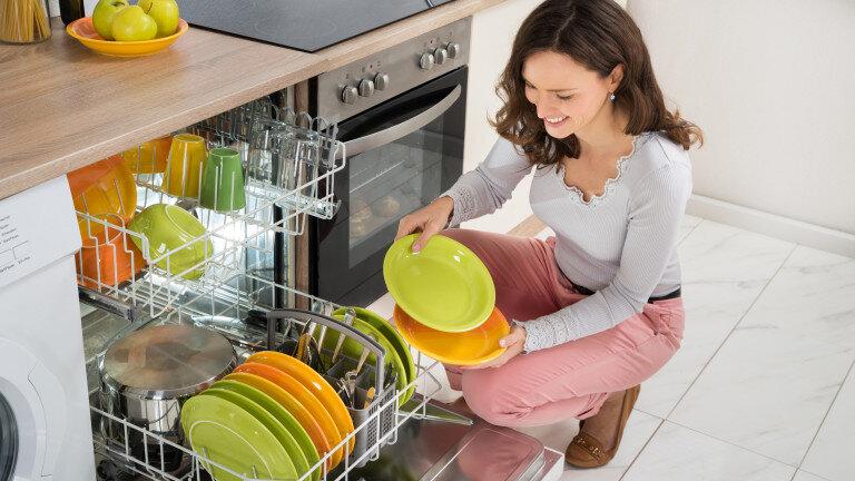 Как да почистим най-мръсните съдове лесно в съдомиялната!!!