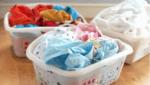 Как да се разделят и обработват дрехите правилно преди пране.