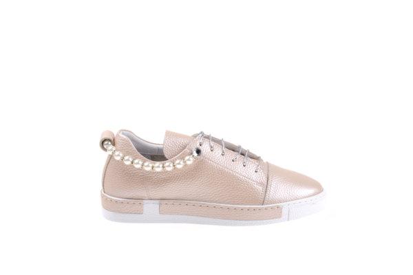 Дамски обувки Aquamarine от мека кожа с перлен отенък в пудра и подвижен аксесоар от перли