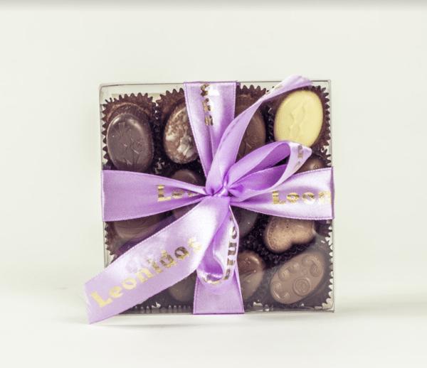 Квадратна Прозрачна Кутия с Шоколадови Бонбони Leonidas (16 Бр.)
