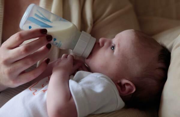 Хранене на бебе на 2 месеца - колко трябва да яде двумесечно бебе?